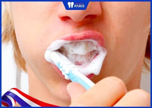 đánh răng mạnh khiến răng dài ra
