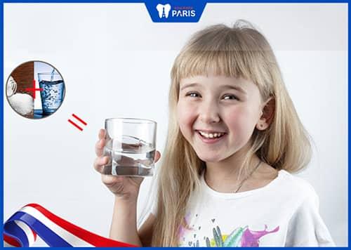 chữa viêm nướu cho trẻ em bằng cách súc miệng nước muối