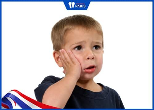 Trẻ đau nhức, khó chịu khi bị viêm lợi