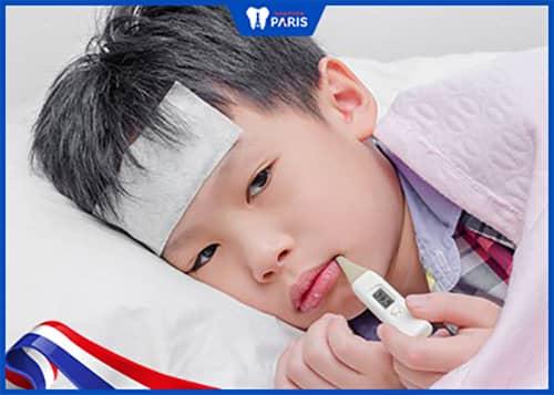 Bé bị sốt do viêm lợi