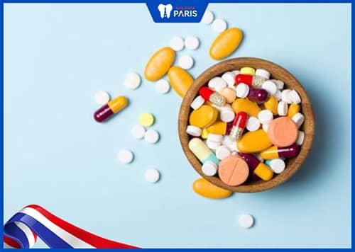 trẻ bị sưng lợi do tác dụng phụ của thuốc