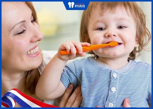 bé tập đánh răng