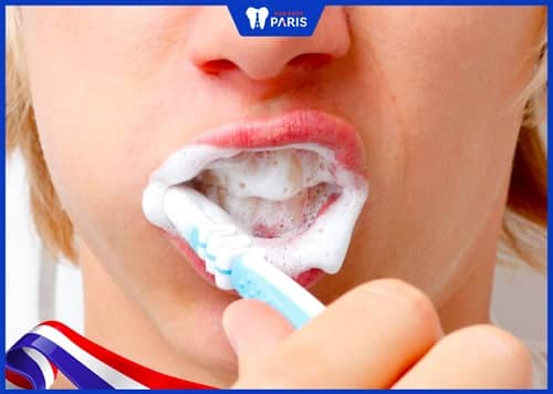 vệ sinh răng sau khi nhổ