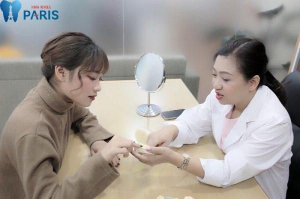 Trực tiếp bác sĩ Trâm làm răng sứ thẩm mỹ cho khách hàng.