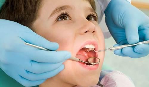 răng sữa chưa rụng răng vĩnh viễn đã mọc