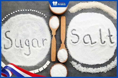 cách làm trắng răng bằng muối và đường
