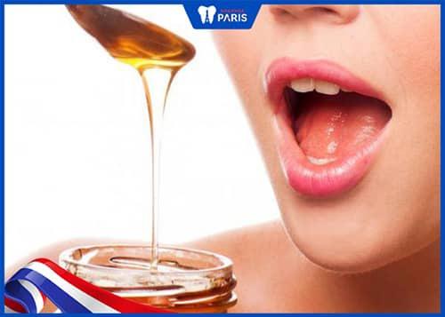 Súc miệng bằng mật ong chữa hôi miệng