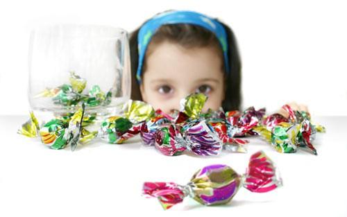 Trẻ bị sún răng do ăn nhiều đồ ngọt