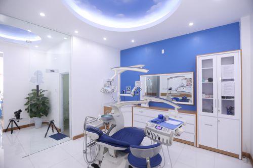 Bọc răng sứ để đảm bảo an toàn cần sự hỗ trợ của máy móc, thiết bị hiện đại