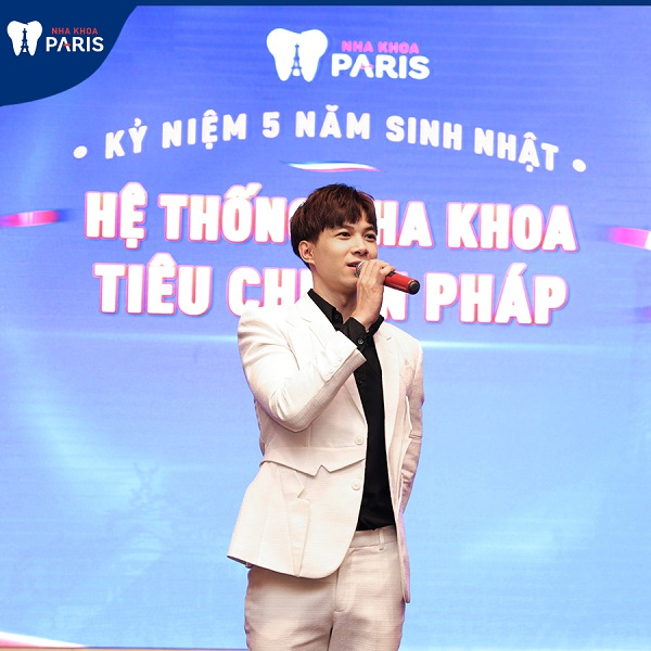 ca sĩ anh tú biểu diễn tại sự kiện