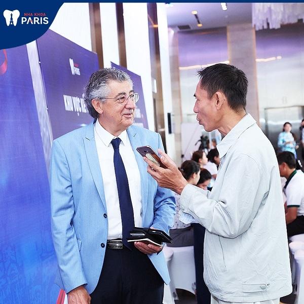 Giáo sư tư vấn cho bệnh nhân tại buổi hội thảo nha khoa Paris
