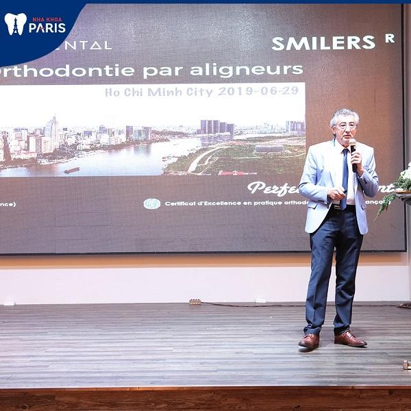 cố vấn chuyên môn cấp cao giáo sư Philipe Tarot giới thiệu phương pháp niềng răng khay trong Smilers