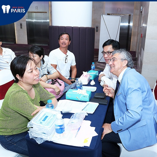 Cố vấn chuyên môn của nha khoa Paris trực tiếp thăm khám và tư vấn cho bệnh nhân.