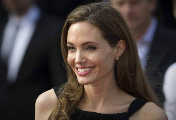 Angelina Lolie lôi cuốn với hàm răng đều đặn của chính mình