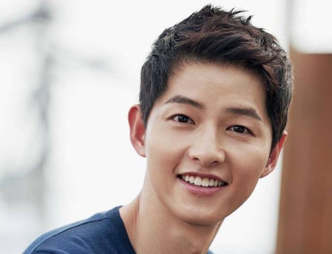 Song Joong Ki là cái tên đầu tiên lọt vào top 10 hàm răng đẹp nam giới ấn tượng