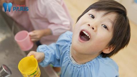 Cho trẻ súc miệng bằng nước muối loãng là mẹo chữa sâu răng đơn giản, dễ thực hiện