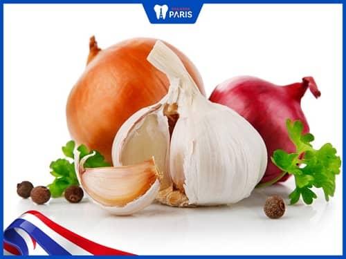 Ăn nhiều thực phẩm có mùi khiến sau khi trồng răng Implant bị hôi miệng