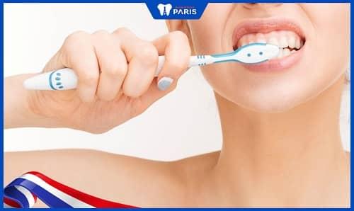 Vệ sinh hàng ngày không đúng cách khiến trồng răng Implant bị hôi miệng