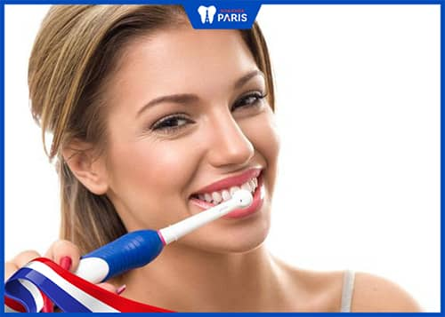 Chải răng nhẹ nhàng với kem đánh răng chữa tụt lợi