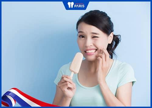 Bị tụt lợi chân răng khiến răng ê buốt
