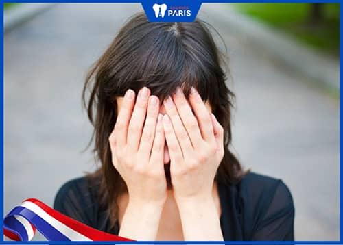 Bị tụt lợi chân răng gây mất thẩm mỹ khi giao tiếp