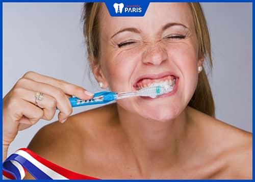Bị tụt lợi chân răng do chải răng mạnh