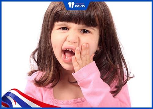Bị tụt lợi chân răng do di truyền