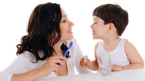 trẻ em có thay răng hàm không