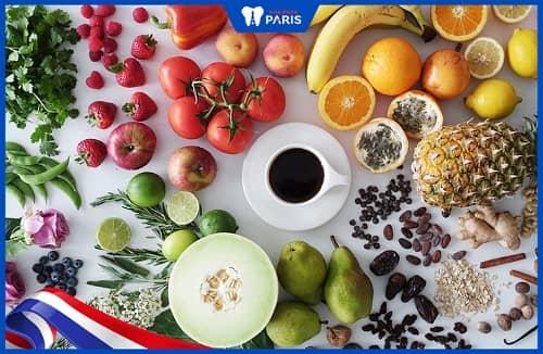 Chánh ăn các thực phẩm có vị chua, nhiều axit ngăn viêm lợi