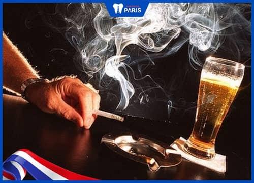 Sử dụng rượu bia thuốc là làm tăng khả năng bị hôi miệng