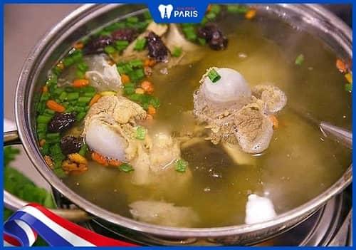 Nên sử dụng các món ăn có nước hầm xương giảm khả năng viêm lợi
