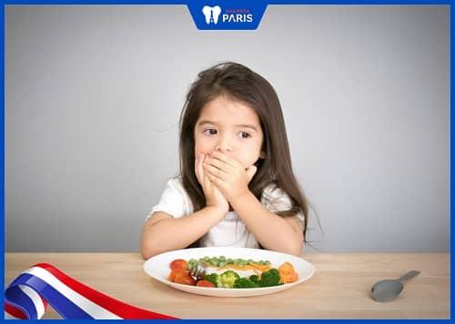trẻ mọc răng có biếng ăn không