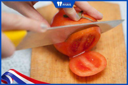 Cách làm trắng răng bằng cà chua nguyên chất