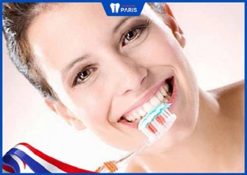 tại sao răng sứ bị đổi màu