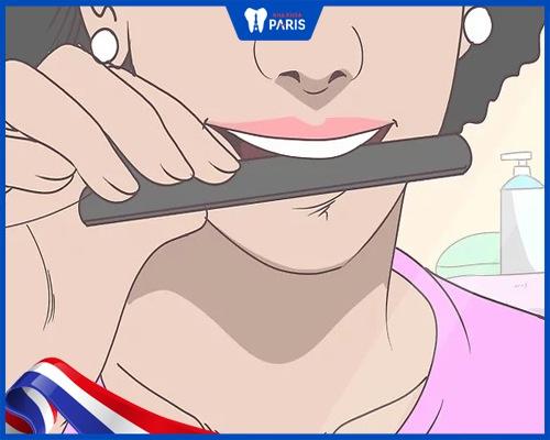 mài răng tại nhà đặt dũa móng tay lên răng