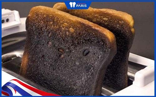 làm sạch cao răng tại nhà với bánh mỳ cháy
