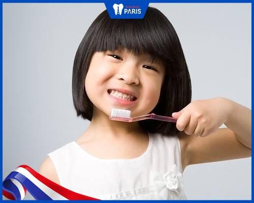 răng bé bị vàng phải làm sao