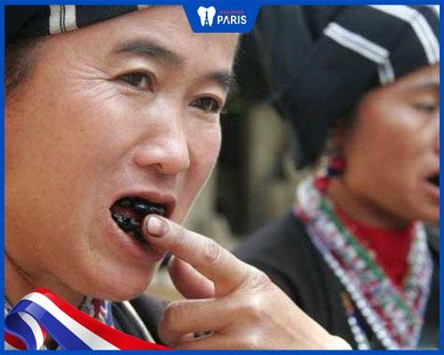 Người dân tộc Thái nhuộm răng