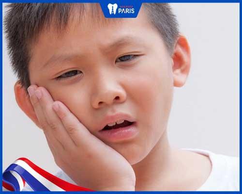 Mão sứ có thể bị chật, cộm gây khó chịu cho trẻ