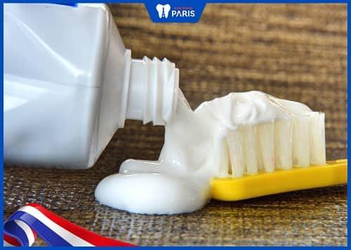 kem đánh răng gây mòn chân răng