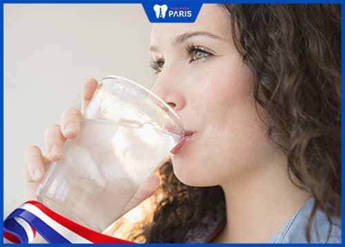 Uống nước phòng tránh cổ họng bị hôi