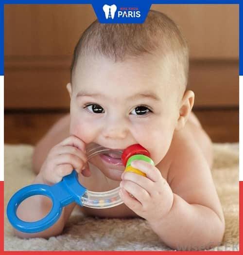 do ngậm đồ chơi làm miệng trẻ bị hôi