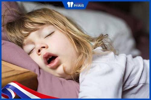 ngủ ngáy khiến trẻ bị hôi miệng