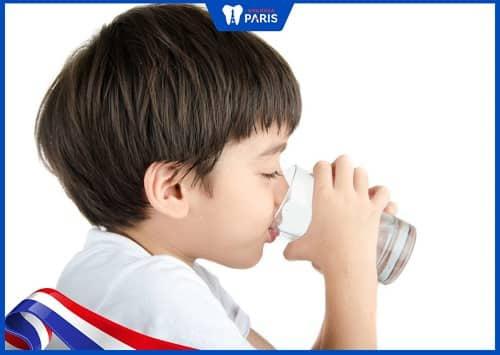 Cho trẻ uống nhiều nước hơn