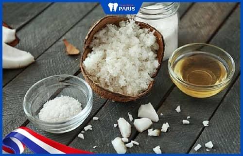 Súc miệng với dầu dừa và muối