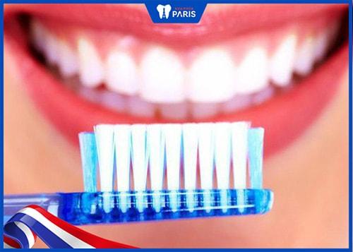 khử mùi tỏi trong miệng bằng cách chải răng