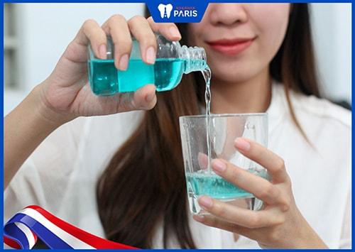 khử mùi tỏi trong miệng bằng cách sử dụng nước súc miệng