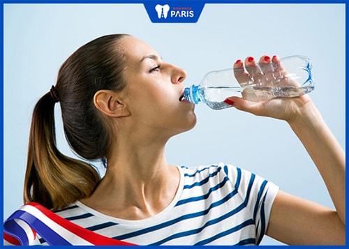 khử mùi tỏi trong miệng bằng cách uống nước lọc