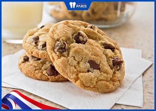 Mọc răng khôn nên kiêng ăn kẹo ngọt, bánh quy