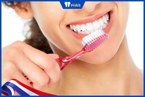 Vệ sinh răng miệng hàng ngày để loại bỏ mùi hôi do viêm xoang